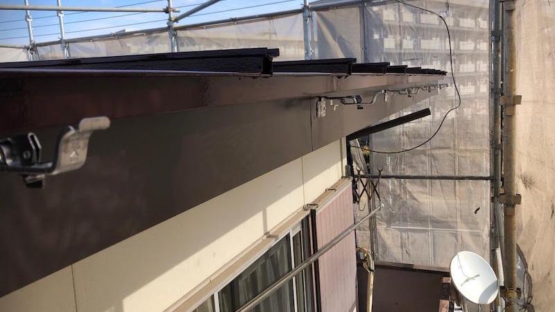 雨樋の固定金具の設置