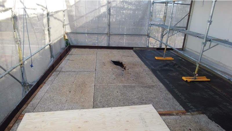 穴の空いた野地板(コンパネ)