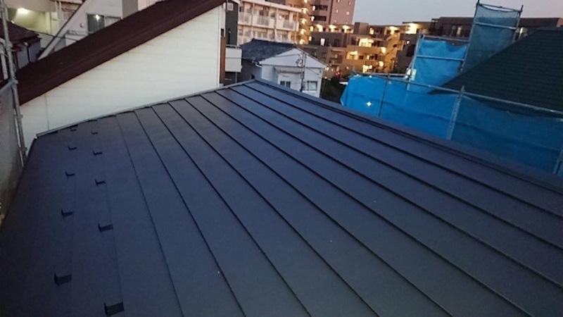 屋根カバー工法のガルバリウム鋼板の設置