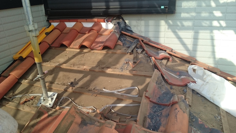 屋根の葺き直し工事の瓦の撤去