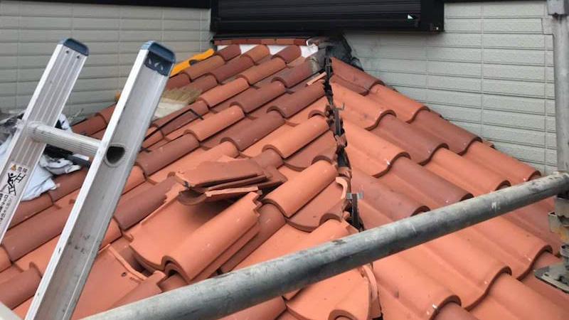 屋根の葺き直し工事の瓦の施工
