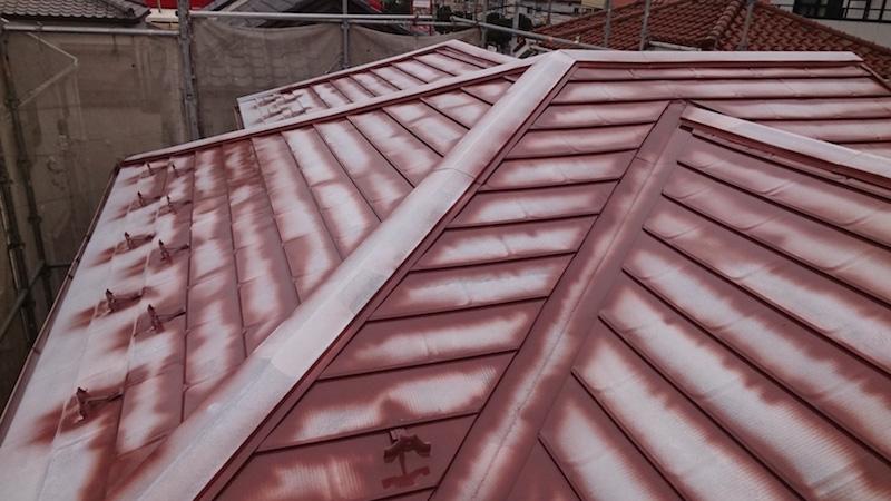 屋根塗装工事の中塗り