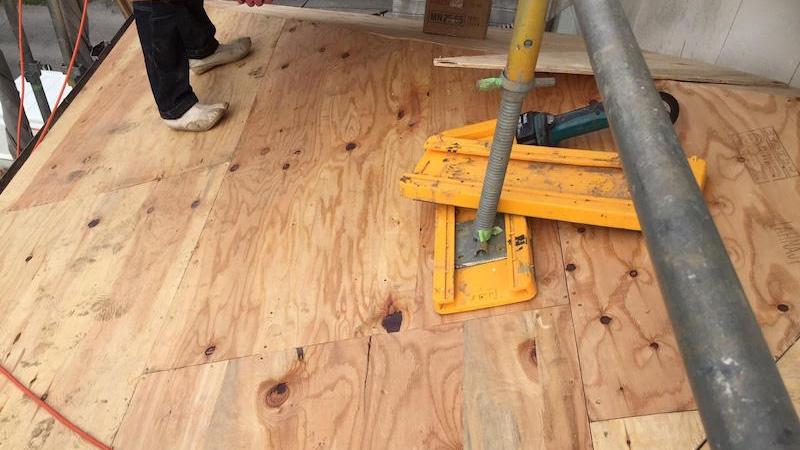 柏市の瓦屋根の葺き替え工事の野地板の設置