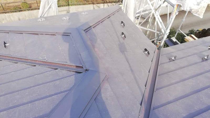 柏市の瓦屋根の葺き替え工事の屋根本体の屋根板金の施工