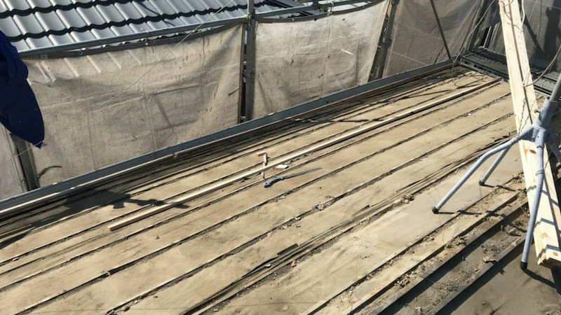 屋根葺き替え工事の瓦おろし後の様子