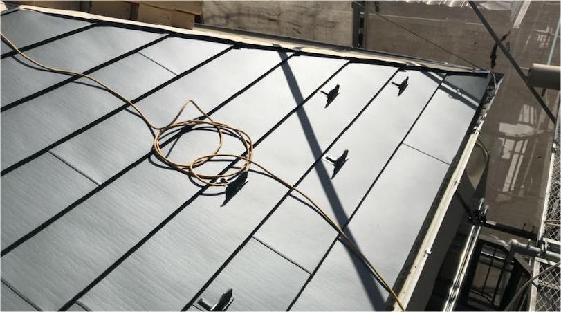 屋根葺き替え工事の屋根材の設置