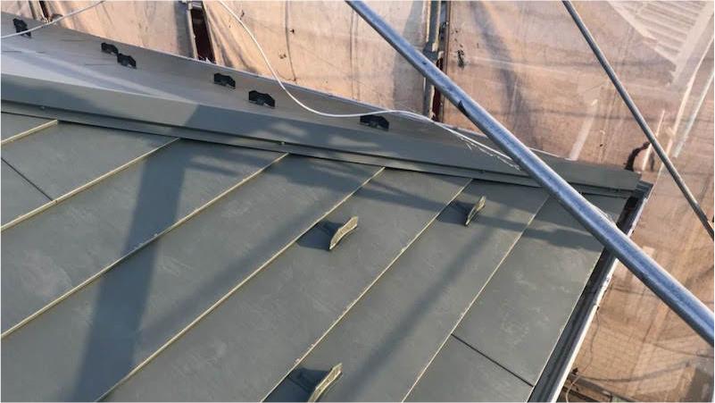 屋根葺き替え工事の棟板金の設置