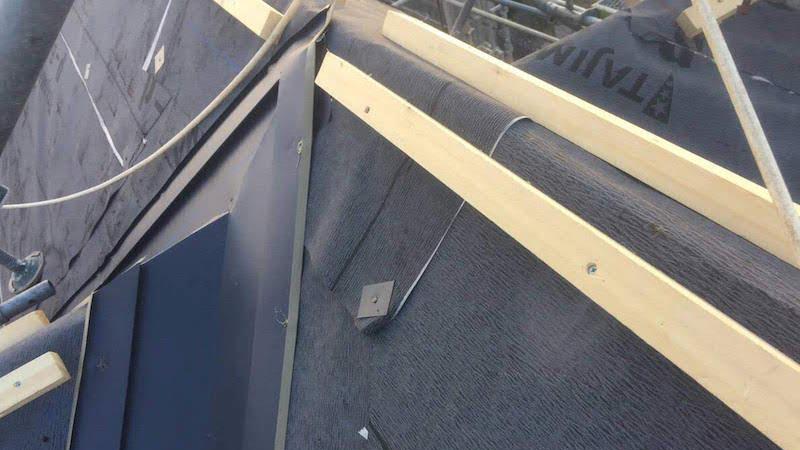 屋根カバー工法の谷樋の設置