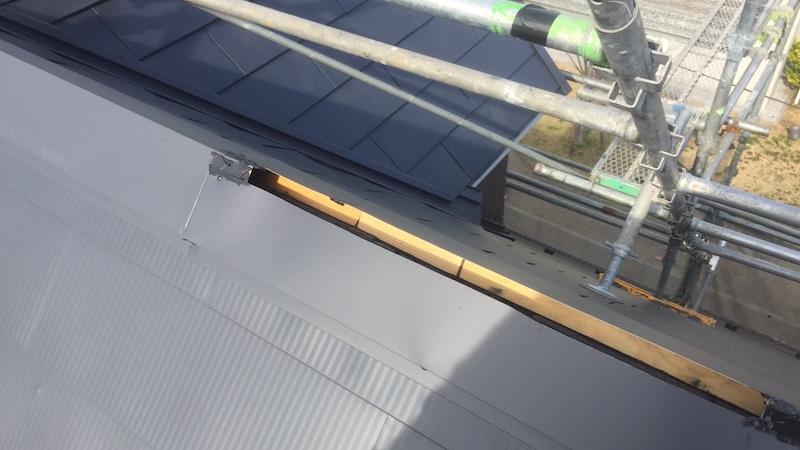屋根カバー工法の棟換気の施工