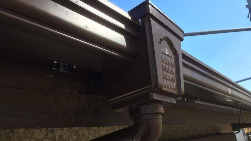 雨樋と集水器の取り付け
