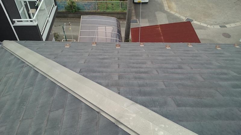 屋根材の剥がれたスレート瓦