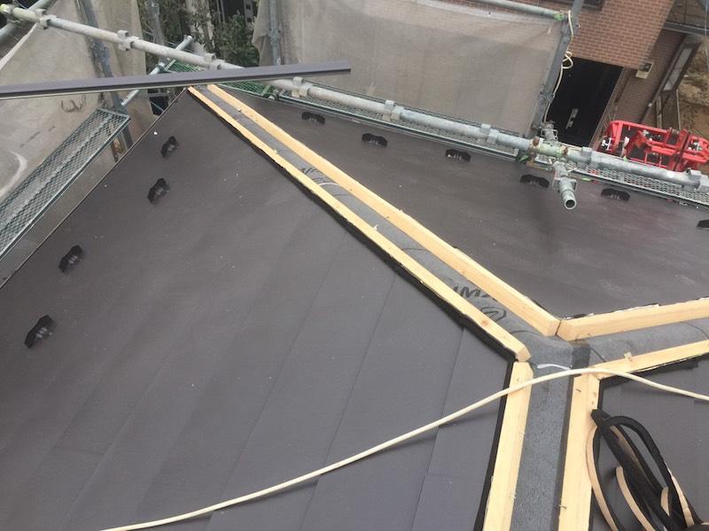 屋根材本体(ガルバリウム鋼板)の設置