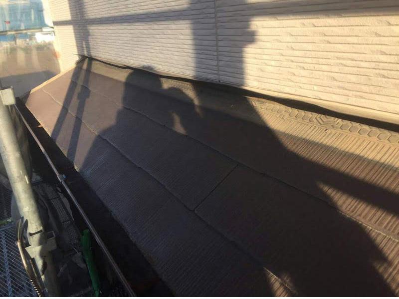 下屋根のカバー工法の施工前の様子