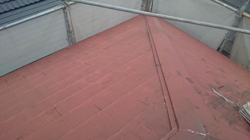 チョーキング現象が発生したスレート屋根の様子