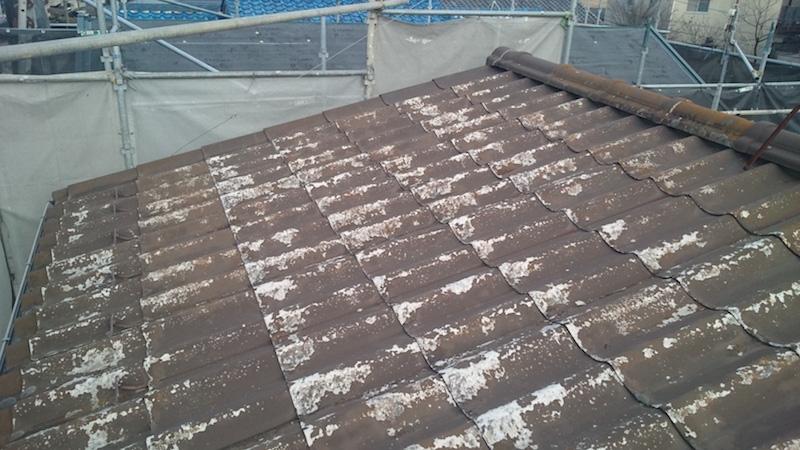 塗装が剥がれた波型スレートの状態