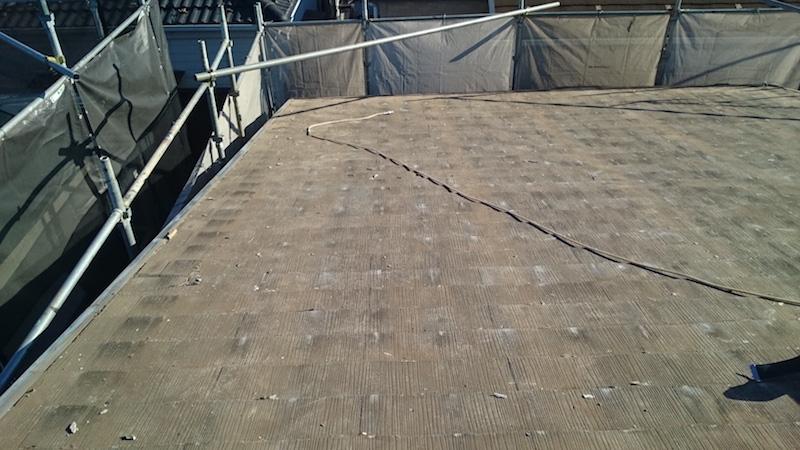 苔とカビが生えたスレート瓦の状態