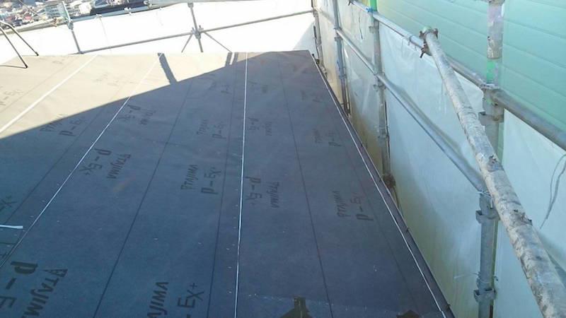 屋根の葺き替え工事のルーフィングの設置