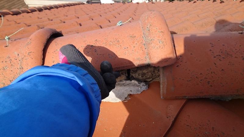漆喰が崩れて浮いた冠瓦