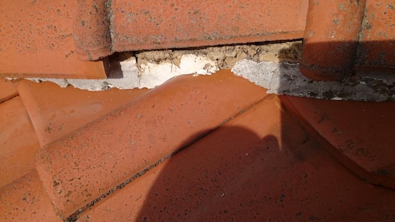 漆喰が剥がれて剥き出しになった葺き土