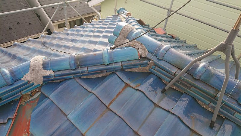 瓦屋根の剥がれた漆喰