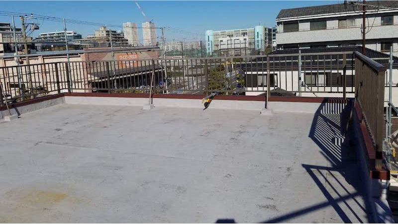 屋上の手摺の交換工事の後の様子