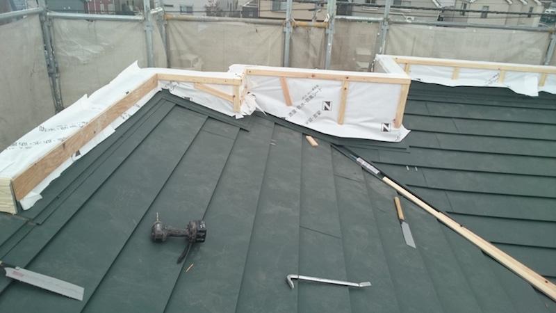 透湿防水シートと胴縁の施工