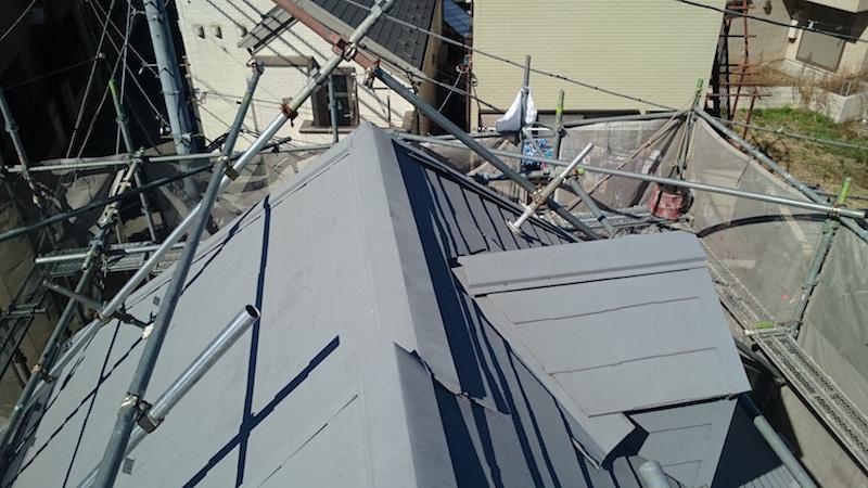 施工前のスレート屋根の棟板金