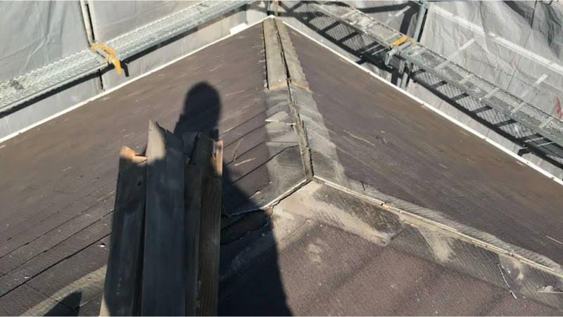 スレート屋根の棟の撤去作業