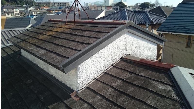 コケとカビの発生したスレート屋根