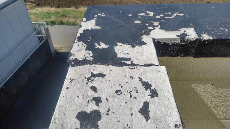 経年劣化で塗装が剥がれた笠木