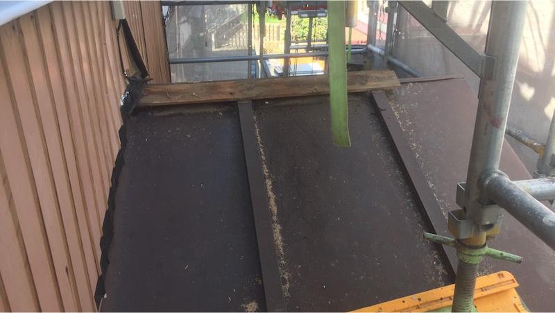下屋根のルーフィングの解体