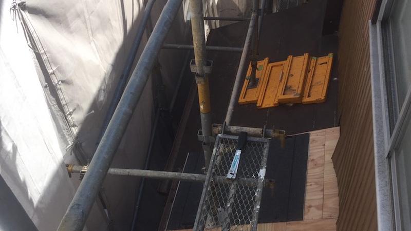 コンパネの設置とルーフィング施工