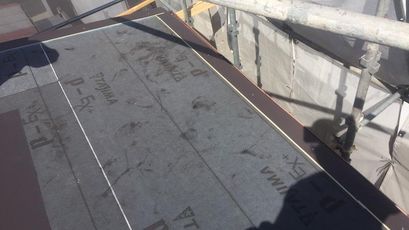 大屋根のガルバルム鋼板の施工