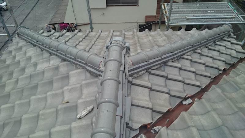 棟の漆喰が劣化した日本瓦の屋根