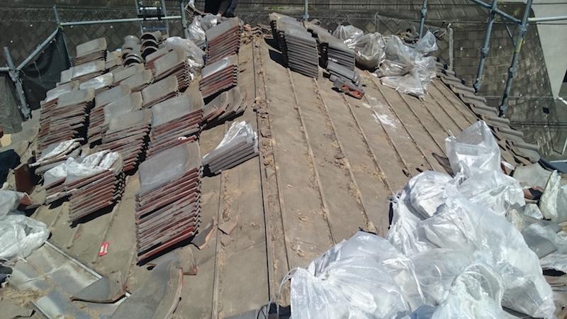 屋根葺き替え工事の瓦おろし