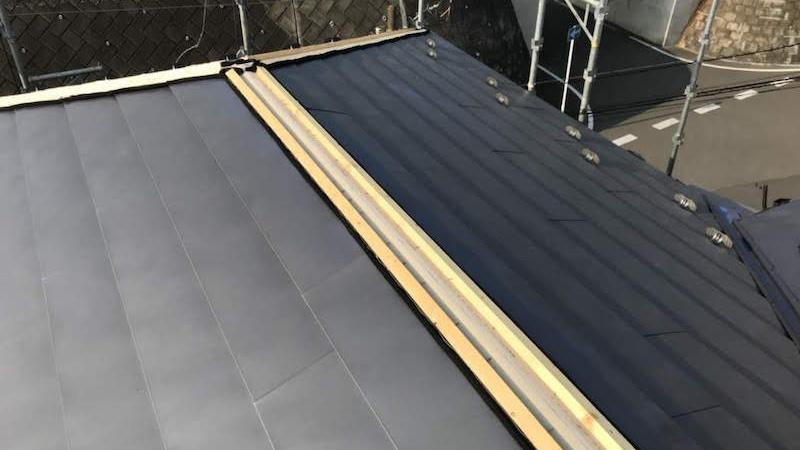 屋根葺き替え工事の棟下地の施工