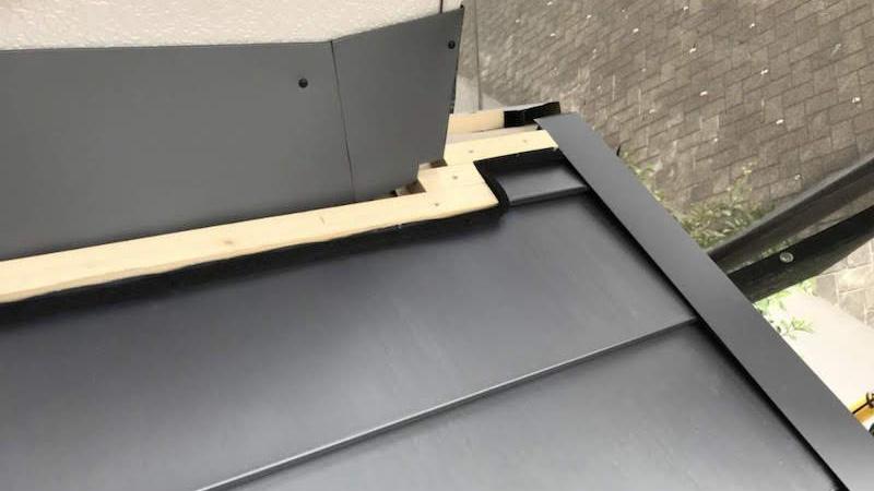 屋根葺き替え工事の下屋根の雨押さえの施工