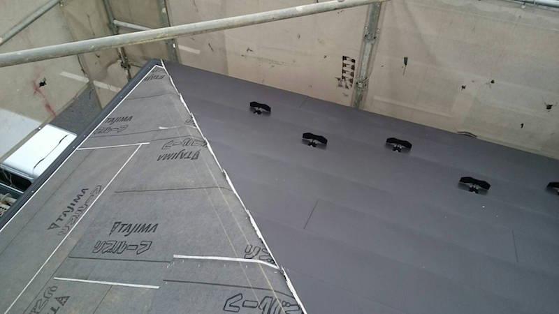 屋根本体のガルバリウム鋼板の施工