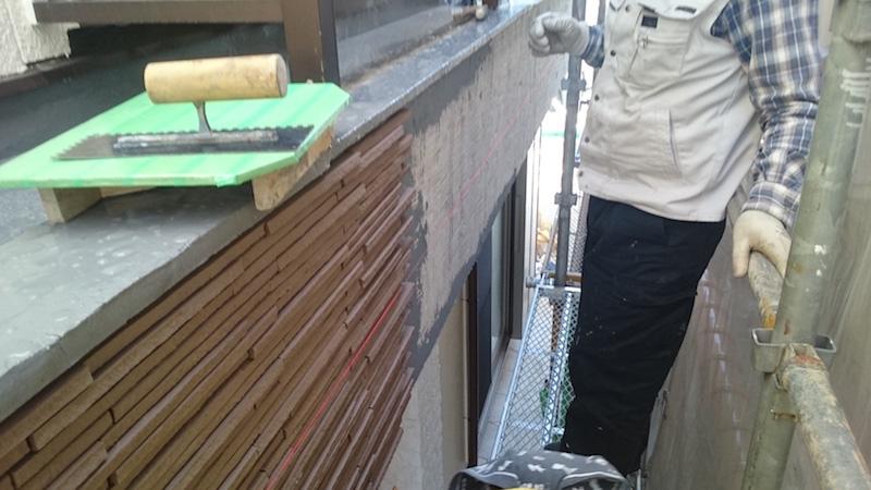 外壁タイルの施工と左官工事の様子