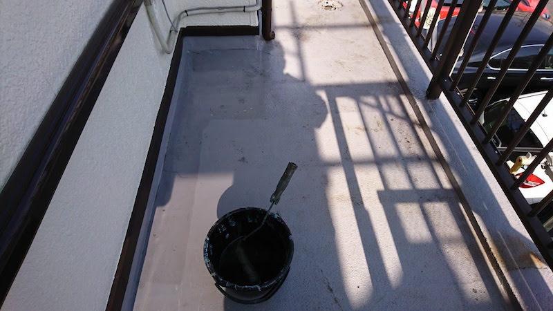 ベランダ防水工事のプライマーの塗布