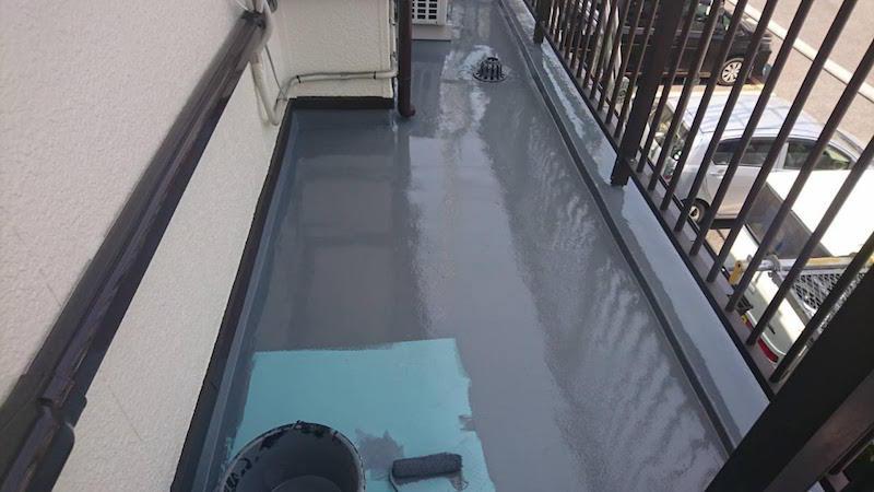 ウレタン防水の主剤の流し込み2回目
