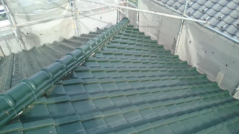 漆喰が剥がれた日本瓦の屋根
