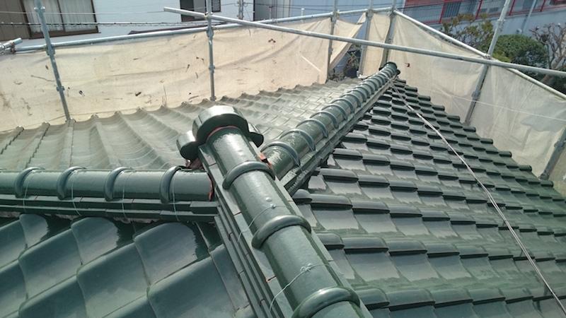 漆喰が劣化して鬼瓦がずれた屋根