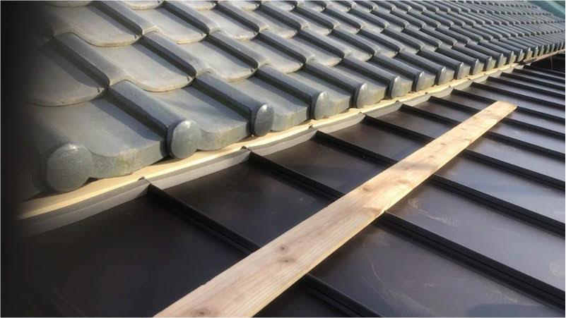 屋根材と棟下地の施工