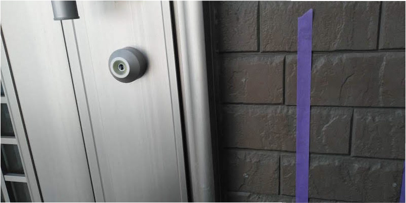 玄関ドアのコーキングの施工前の様子
