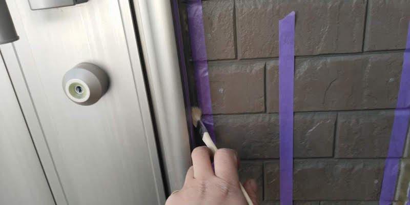 玄関ドアコーキング交換工事のプライマー塗布