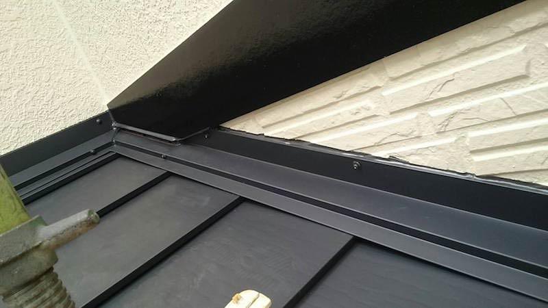 下屋根の雨押さえの取り付け