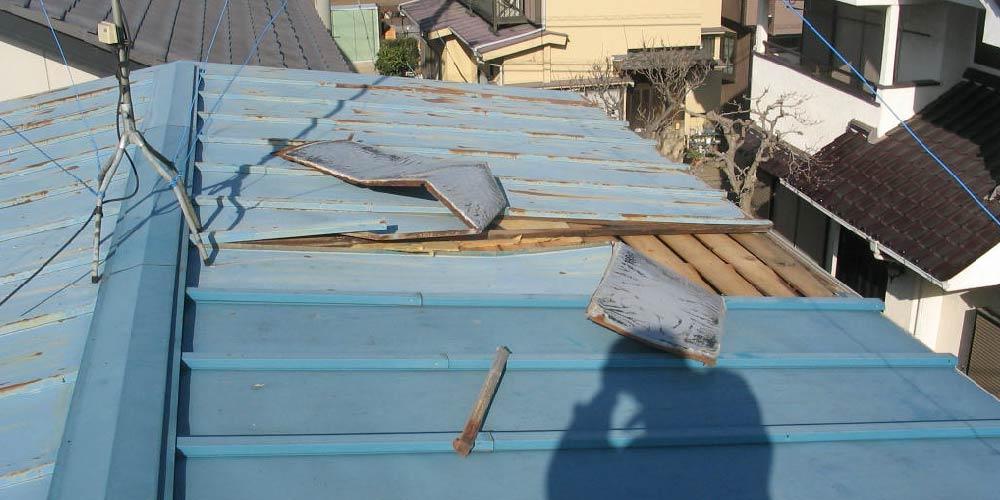 トタン屋根のめくれ