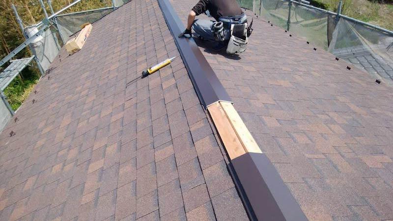 アスファルトシングル屋根の棟板金の施工