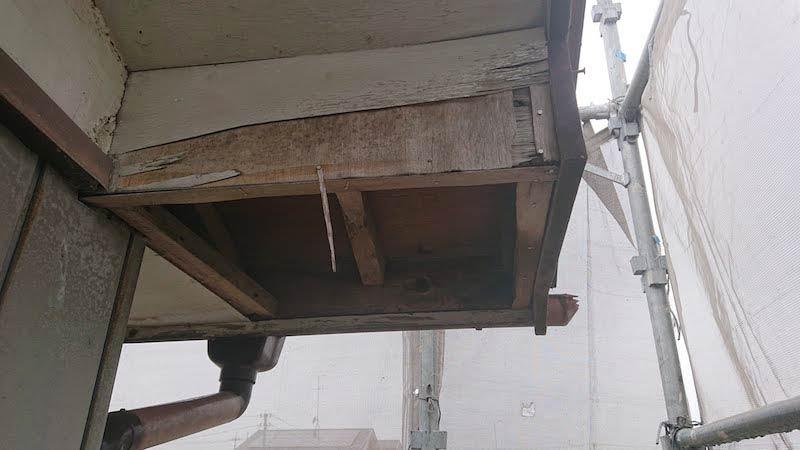 軒天の既存の板材の撤去